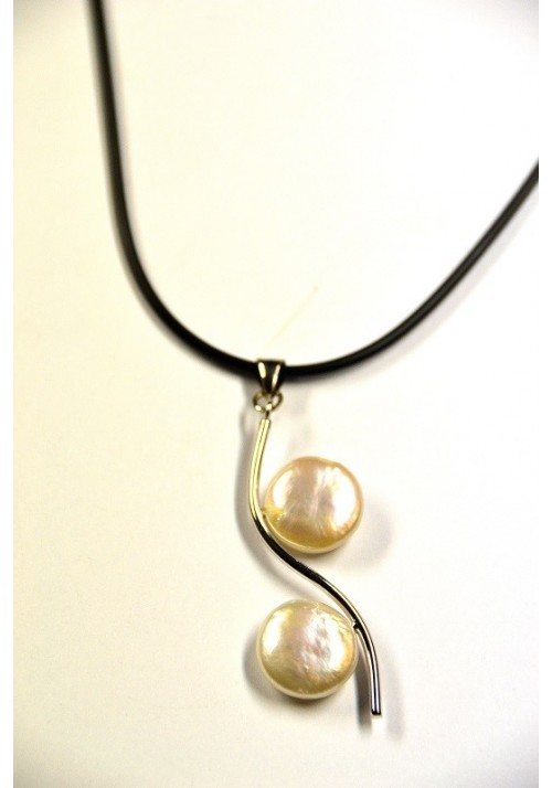 Necklace with natural pearls